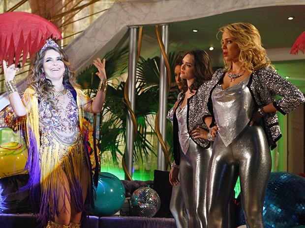 Chay tira onda das rivais (Foto: Cheias de Charme / TV Globo)