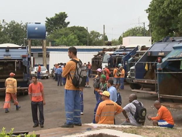 Coletores e motoristas aguardam no pátio a decisão sobre a continuação da greve (Foto: Reprodução/ TV TEM)