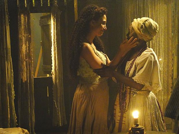 Jurema acha que Isabel deve manter o segredo (Foto: Lado a Lado / TV Globo)