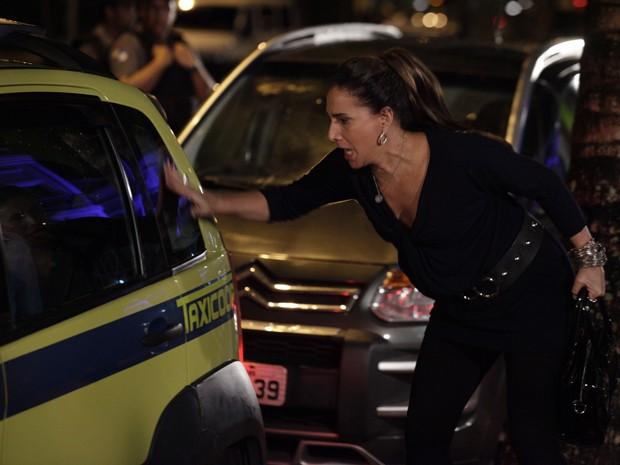 Wanda bate na porta do taxi, pensando que Morena está lá dentro (Foto: Salve Jorge/TV Globo)