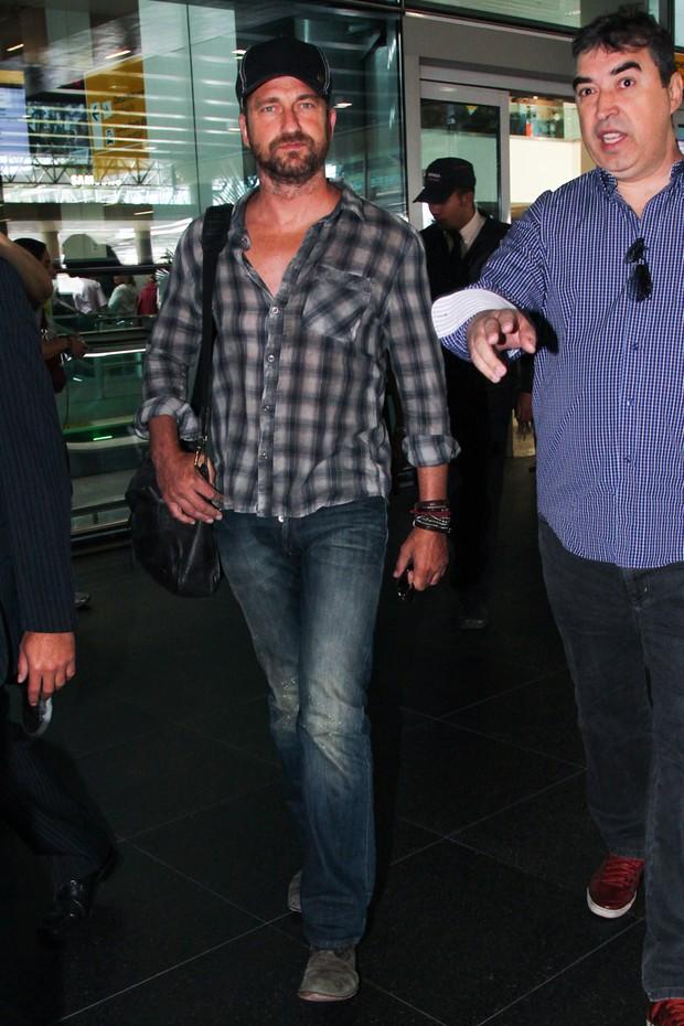 Gerard Butler no aeroporto internacional de São Paulo (Foto: Manuela Scarpa / Foto Rio News)