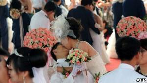 Empresa também dará bônus para funcionários que namorarem empregados da concorrência (Foto: AFP)