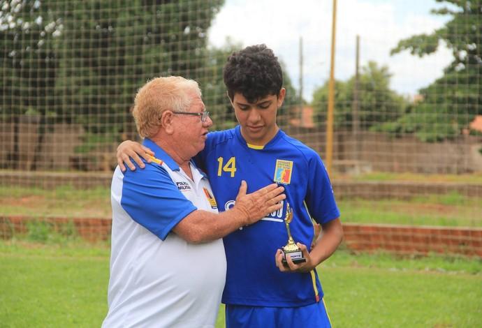 Volante Yan Gomes, URT, Patos de Minas, recebe troféu de atleta exemplo na base (Foto: Bruno Fernandes/Assessoria URT)