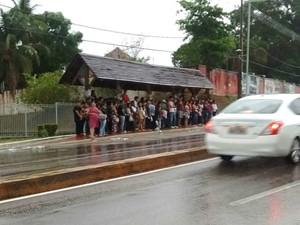 Candidatos aguardam ônibus após primeiro dia de Enem em Rio Branco (Foto: Aline Nascimento/G1)