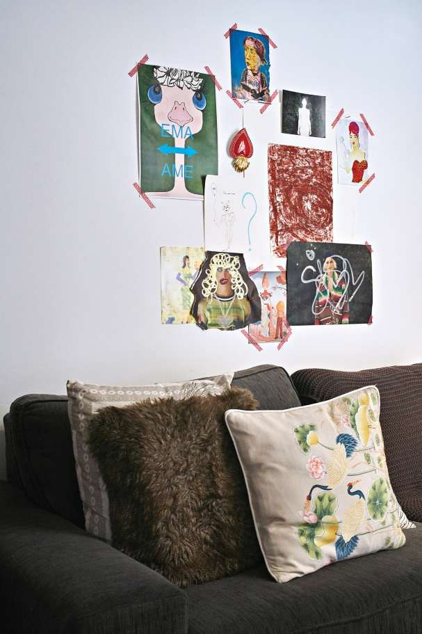 Renata bem que poderia viver da sua arte! Em todas as paredes há obras dela (Foto: Victor Affaro)