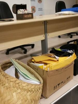 Documentos apreendidos por uma das equipes da PF (Foto: Joyce Mackay / G1)