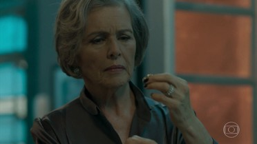 Sabine encontra um anel de brilhantes na sala de Malagueta