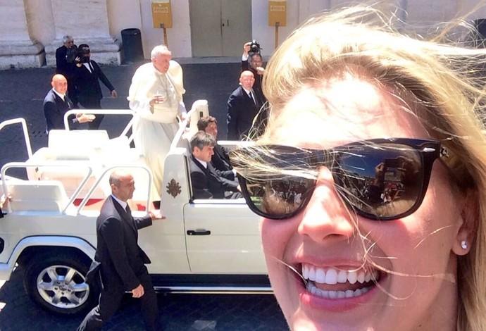 Em Roma, a bela Eugenie Bouchard faz selfie com o papa Francisco ao fundo (Foto: Reprodução / Twitter)