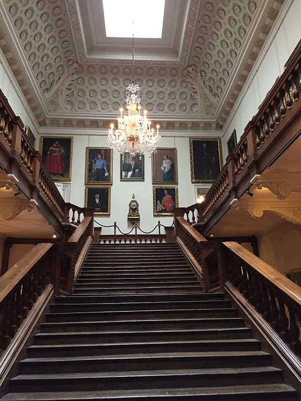The main staircase at Althorp House, Princess Diana's family home (Foto: @SUZYMENKESVOGUE)