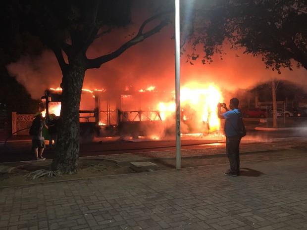 Ônibus pegando fogo na Avenida Frei Serafim, em Teresina (Foto: Anielle Brandão/TV Clube)