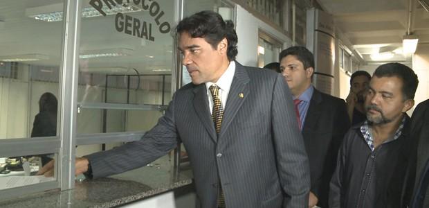 O senador Lobão Filho protocola representação no Tribunal Regional Eleitoral do Maranhão (Foto: Reprodução/TV Mirante)