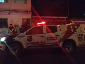 Equipe da Radiopatrulha resguardou a cena do crime (Foto: Vitória de Alencar / G1)