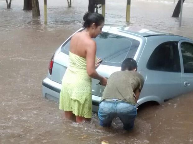 Motoristas tentaram conter os veículos durante a enchente em Campinas (Foto: Lizandra Franco Lima / Arquivo Pessoal)