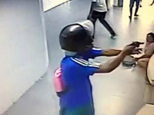 Homem ameaça clientes durante assalto em lotérica, em Cristalina, Goiás (Foto: Reprodução/ TV Anhanguera)