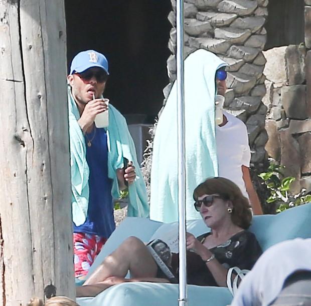 Leonardo DiCaprio com amigo (Foto: The Grosby Group / Agência)