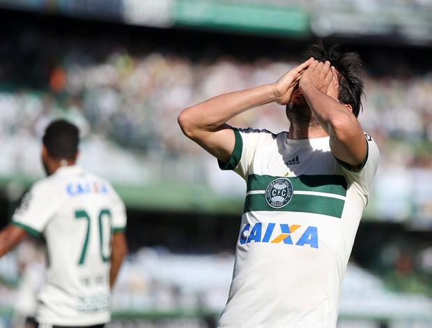 Tiago Real do Coritiba lamenta chance perdida
