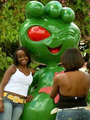 Estátuas do ET são atração obrigatória para turistas em Varginha (Foto: Reprodução EPTV / Claudemir Camilo / Tarcísio Silva)