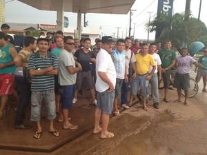 Trabalhadores permanecem em frente ao residencial (Foto: Marina Ferreira/TV Tapajós)
