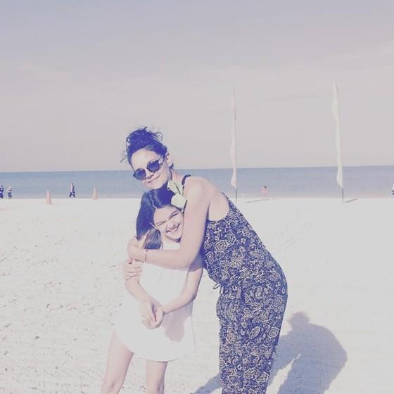 Ao lado da filha, Suri, Katie postou esta semana no Instagram uma foto dos dias de descanso que as duas passam na Flórida (Foto: Reprodução Instagram)