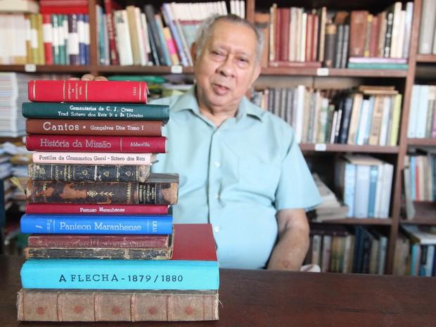 Jomar Moraes exibe os livros raros, pelos quais ele demonstra total respeito (Foto: Flora Dolores/O Estado)
