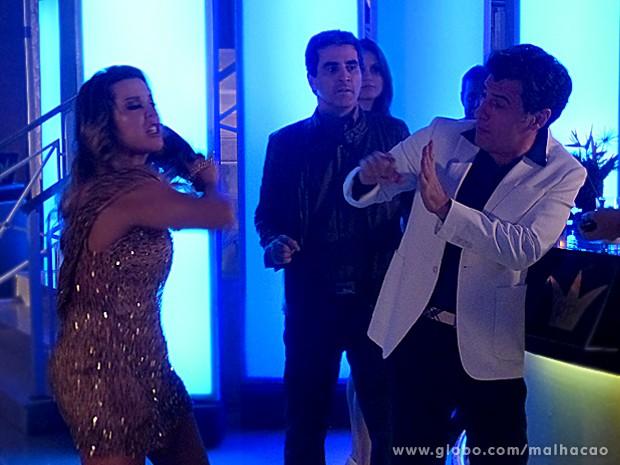 Bernardete desce o braço em Caetano e não liga para plateia (Foto: Malhação / TV Globo)