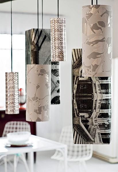 Luminárias com cúpulas de papéis de parede metalizados Damieka e Loggia, da inglesa Osborn& Little, R$ 238 cada um, na Miranda Green. O modelo mais escuro, Korte Antica, R$ 425, é da Tabriz Collection (Foto: Chris Parente)