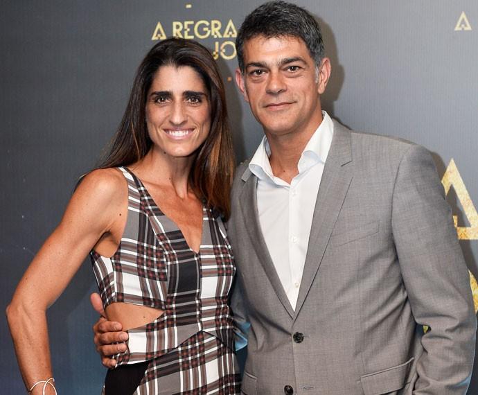O ator posa ao lado da esposa, Cynthia  (Foto: Globo / Ramon Vasconcelos)