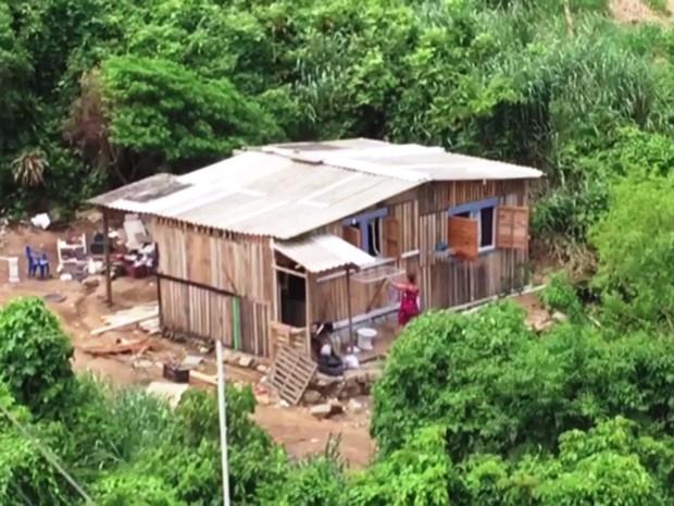 Morro do Itararé, em São Vicente, vem sendo alvo de construções irregulares (Foto: Reprodução/TV Tribuna)