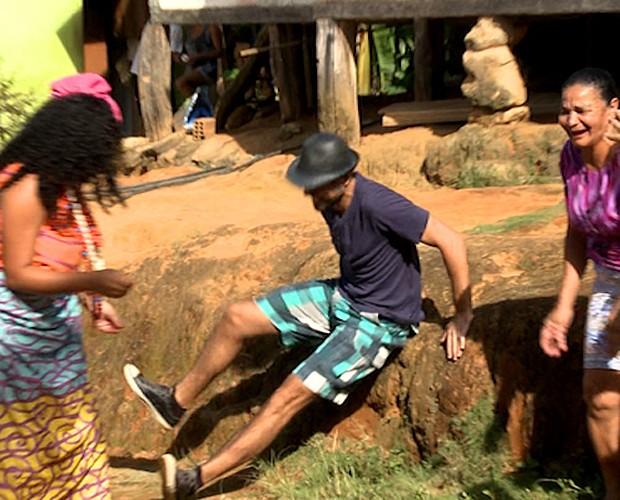 Ricardo Pereira escorrega enquanto luta capoeira (Foto: Domingão do Faustão / TV Globo)