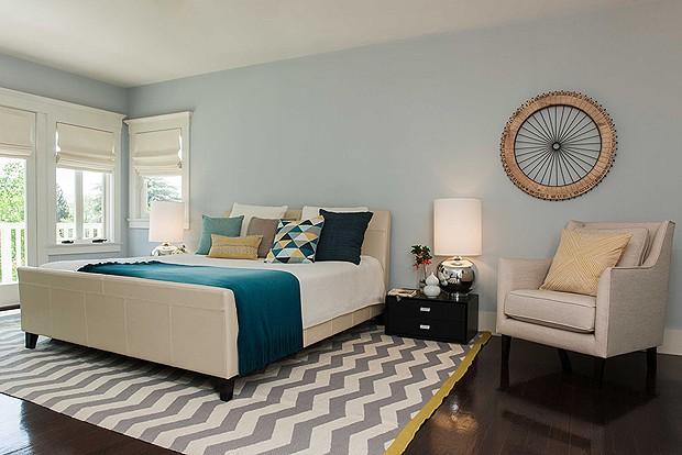 Já o quarto do casal foi feito em tons de azul, trazendo tranquilidade para o ambiente (Foto: Divulgação)
