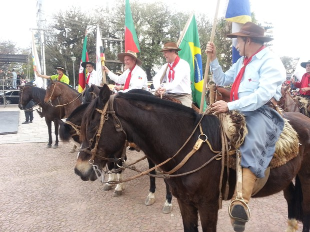 Cavalarianos trouxeram a Chama da 1ª Região Tradicionalista do estado (Foto: Andre Azeredo/ RBS TV)
