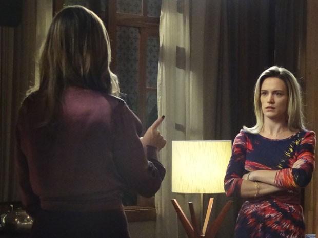 Vitória não esperava por essa! Carlota diz ela foi trocada na maternidade (Foto: Boogie Oogie/TV Globo)