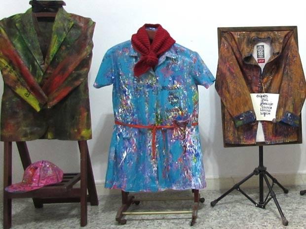 Peças de roupas de pessoas mortas que viram arte (Foto: Deia Leal/ Arquivo Pessoal)