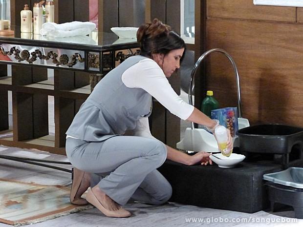Rosemere não perde a oportunidade e sabota total a tinta de Brenda! Perigoooosa (Foto: Sangue Bom/TV Globo)