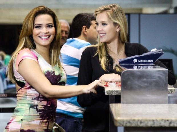 Geisy Arruda e e Gianne Albertoni em aeroporto em São Paulo (Foto: Manuela Scarpa/ Foto Rio News)