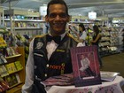 Poeta-garçom entrega livros na bandeja no interior de São Paulo