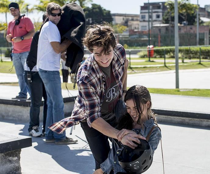 Cai, não! Marina quase cai num passeio de skate (Foto: Ellen Soares/Gshow)