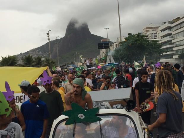 Manifestantes marcham pela Vieira Souto (Foto: Fernanda Rouvenat/G1)