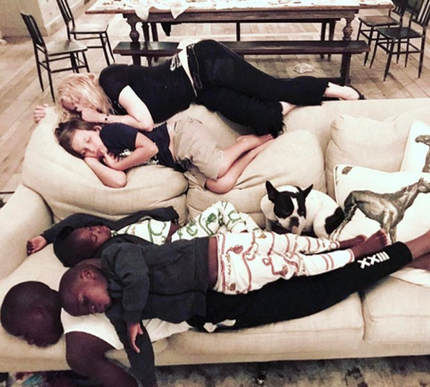 Madonna com os filhos David Banda, Stella e Esther (Foto: Reprodução)