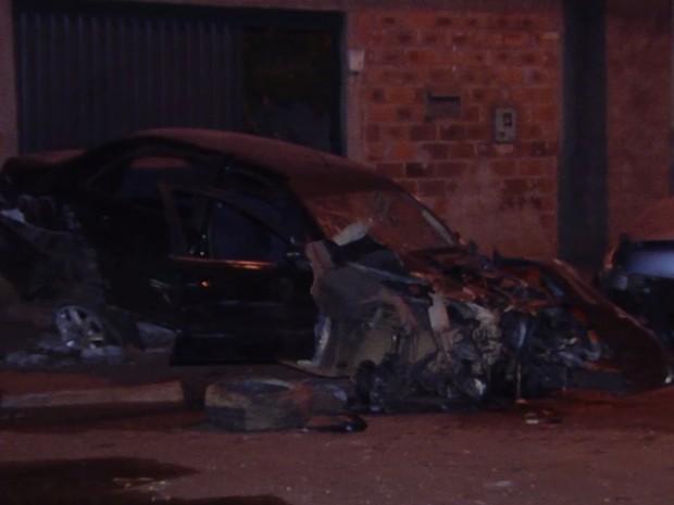 Motorista morre após bater em carro e acertar poste em Goiânia, Goiás (Foto: Reprodução/TV Anhanguera)