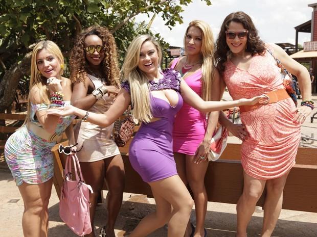 Mulheres frutas com Mangaba