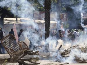 Manifestantes colocam fogo em objetos em rua de Fortaleza (Foto: Yuri Cortez/AFP)