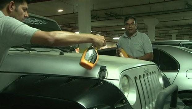 Nova técnica lava carro sem água em Dubai (Foto: BBC)