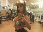 Mulher Melão exibe decote generoso em foto na academia