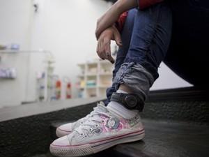 Detenta utiliza tornozeleira eletrônica em São Paulo (Foto: Daigo Oliva/G1)