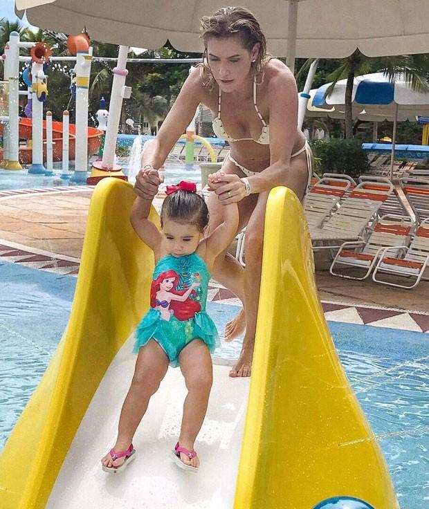 Maria Flor e Deborah: farra na piscina (Foto: Reprodução Instagram)
