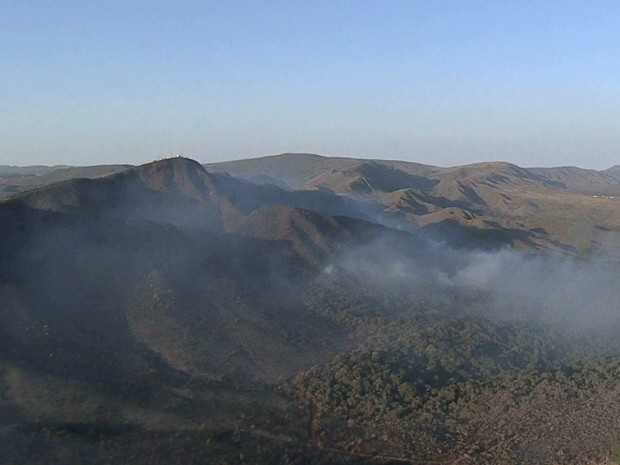 Mais de 110 pessoas atuam no combate ao incêndio no Parque do Rola Moça (Foto: Reprodução / TV Globo)
