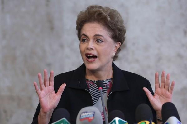 PROTESTOS Dilma: Provocação, violência e vandalismo prestam desserviço (Foto: AP Photo/Eraldo Peres)