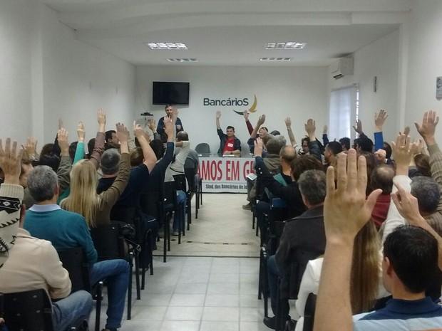 Bancários decidiram pelo fim da greve em assembleia  (Foto: Sindicato dos bancários de Joinville e região)