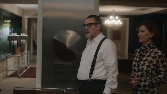 Renato descobre que Arnaldo é pai de Alice e o enfrenta na frente da amada